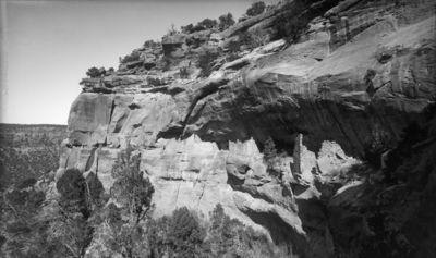 Wetherill's mesa, Mountain Sheep Canyon (Rock C.), raunio 12. Kallionkielekkeellä sijaitseva pitkä kallioasumus, joka vain paikoitellen ulottuu kallionkielekkeen kattoon. Rauniossa monta erillistä taloa, joiden uloimmissa seinissä ei ole ikkunoita