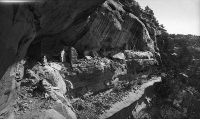Wetherill's mesa, Mountain Sheep Canyon (Rock C.)? Kallioasumus, joka sijaitsee korkealla kallionkielekkeellä. Asumus usean pienen talon muodostama, joista monet katottomia. Äärimmäisenä oikealla sijaitseva pieni huone päättyy kallioon
