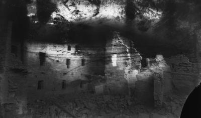 Chapin's mesa, Spruce Canyon, Spruce Tree House. Kallioasumuksen huoneet vasemmalta oikealle 58, 59-53, 56, oikealla osittain näkyvissä 52-49, keskellä kiva 38 vielä esiin kaivamatta. Kuva osittain epätarkka, valotus epätasainen, oik. alakulma rikki