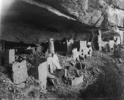 Chapin's mesa, Cliff Canyon, Cliff Palace. Cliff Palacen eteläpäätä kuvattuna luoteesta. Etualalla rakennusten jäännöksiä, taustalla torni, monikerroksisia rakennuksia sekä tornin ja rakennuksen yhdistelmä, josta tornin seinä osittain sortunut