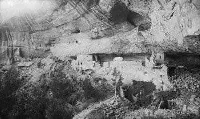 Wetherill's mesa, Mountain Sheep Canyon (Rock C.), Long House. Long Housen länsipää ja keskiosa. Äärimmäisenä vas. torni 3-5 sekä rakennelma 14, jonka takana kivat 8 ja 9. Näiden yläpuolella kallionseinämässä pieniä kallioasumuksia