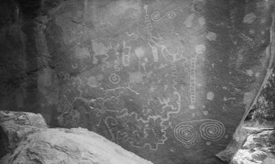 Moccasin mesa, Moccasin Canyon. Kuvan VKK 420:85 kalliopiirros lähikuvassa. Alhaalla oik. munuaisenmuotoinen labyrinttikuvio, sen yläpuolella pienempiä kuvioita, joista yksi ehkä lintu