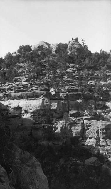 Wetherill's mesa?, Navajo Canyon, Navajo Tower. Mesan laella sijaitseva puolipyöreä rakennelma, jonka huipulla katkennutta pylvästä muistuttava muuraus. Mesan yläreuna pensaiden peittämä, alareuna jyrkkä ja paljas. Alhaalla matalaa kasvillisuutta