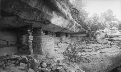 lähellä mesan lakea kapeahkon kallionkielekkeen alla sijaitsevat kallioasumukset, joista ensimmäisenä vas. pyöreää tornia muistuttava, seuraavat kaksi rakennettu yhteen. Tornimaisessa rakennuksessa jonkinlainen eteinen, jossa kaksi ikkunaa