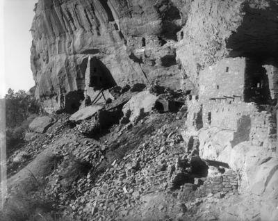 Wetherill's mesa, Mountain Sheep Canyon (Rock C.), Long House. Long Housen länsipäätä kuvattuna vinosti vastapäisestä päästä. Vas. taustalla asumuksen läntisin osa, joka on rakennettu kiinni kallioon, oik. asumuksen keskiosaa