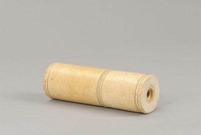 Tubo cilíndrico de marfim