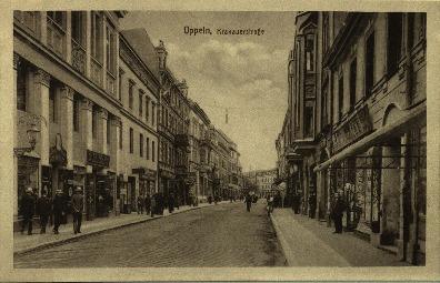 Opole : ulica Krakowska od strony dworca w okolicach dzisiejszych Delikatesów. Z lewej strony zniszczony w 1945 r. budynek dawnego Sądu Powiatowego