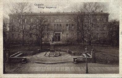 Opole : gmach Rejencji, przed nim pomnik Wilhelma I