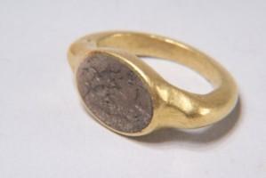 Златен пръстен с висока гема от три пласта. Средният е бил бял, а другите прозрачно-кафяви. Върху гемата е изобразен заек, преследван от куче. Пръстенът е орнаментиран с врязани линии.