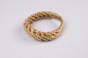 Златен пръстен, оплетен като синджир.