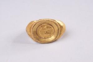 Златен пръстен с релефен образ на две прави фигури.
