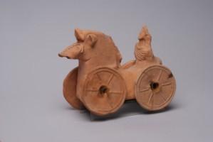 Детска играчка, представляваща конче с количка.