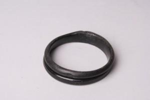 Гривна, направена от черно стъкло.