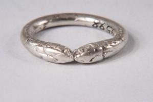 Сребърен пръстен с две змийски глави.