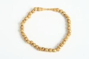 Златна огърлица от 36 мъниста и закопчалка.