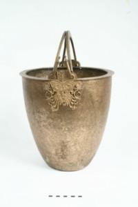 Бронзова ситула с две подвижни дръжки. В основата си дръжките са украсени с растителен орнамент.