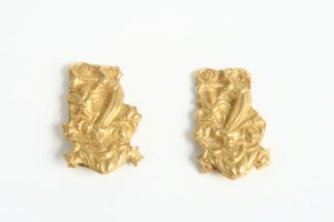 Златни апликации с растителен орнамент.