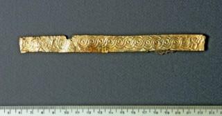 Фрагмент от златна лента с орнамент.