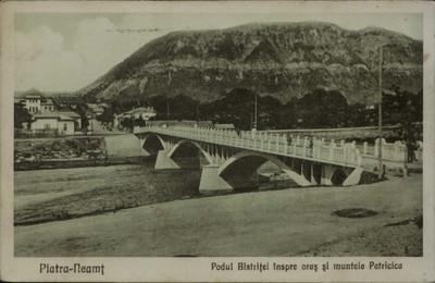 Piatra-Neamţ. Podul Bistriţei înspre oraş şi muntele Pietricica