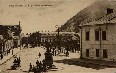 Piatra-Neamţ. Piaţa cu statuia M. Kogălnicenau