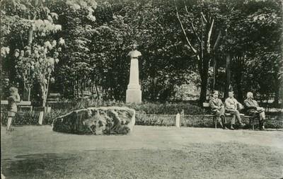 Piatra Neamţ. Rondul de la intrarea parcului Cozla cu statuia N. Albu