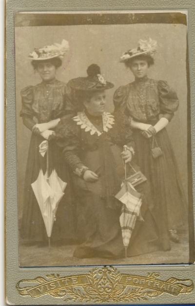 Eliza Isac şi fiicele sale