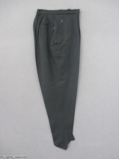 A. handgebreide trui, gestreept lichtblauw, wit en zwart  B. broek in zwart polyamide tricot, ritssluiting CD. handschoenen in wit en zwart gebreide kunstvezel, met lederen opgenaaide stukken