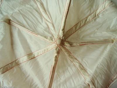 bovendeel van een valscherm in wit polyamide mte rode stiksels; binnenin metalen veren; deel van gevlochten polyamide koorden