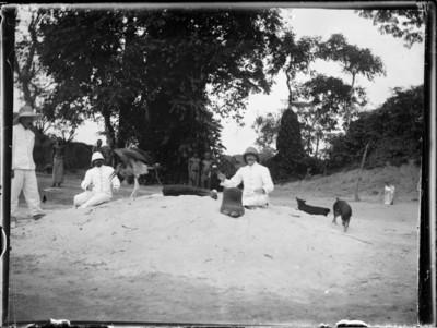 Coloniaux avec marabout, pied et trompe d'éléphant, Afrique #0725