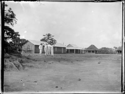 Coloniaux devant bâtiments, Afrique #0735