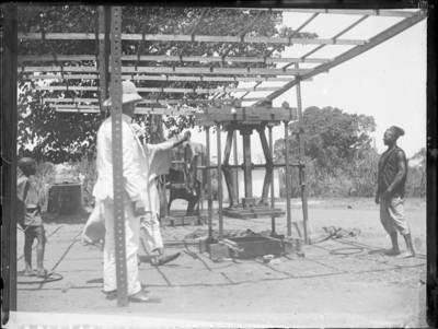 Indigènes et colonial devant machine dans un poste de travail, Afrique #0738