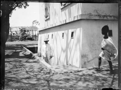 Colonial et enfant devant un bâtiment, Afrique #0739