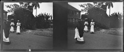 Rue avec passantes, Afrique de l'Ouest #1549