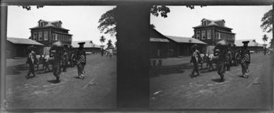 Rue avec passants, Afrique de l'Ouest #1553