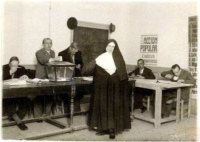 Religiosa votando en las elecciones a Cortes de 1933.