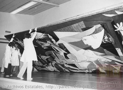 Instalación del Guernica, de Pablo Picasso, en el Casón del Buen Retiro (Madrid, España)
