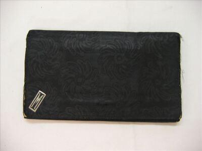 Envelopvormige avondtas in zwarte zijden damast
