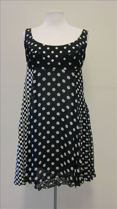 Jurk in zwart en wit mousseline met bollenprint aan de voor-en achterkant en vierkanten aan de zijkanten