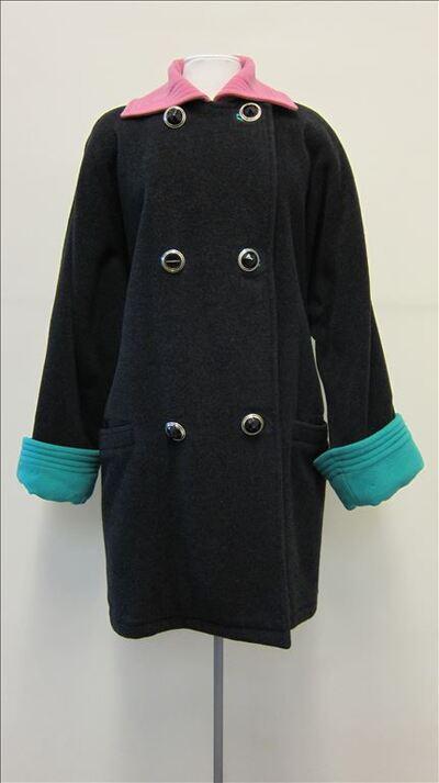 Mantel in grijs wol met roze wollen kraag en groene omgeslagen mouwen
