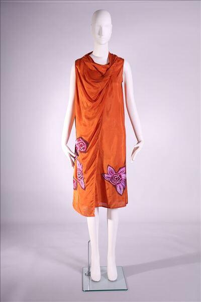 Jurk in oranje zijde met paarse bloemen