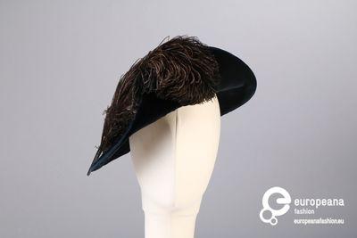 Donkerblauwe fluwelen platte hoed met struisvogelveren