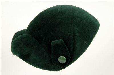 Hoed in groene vilt met pat en knoop