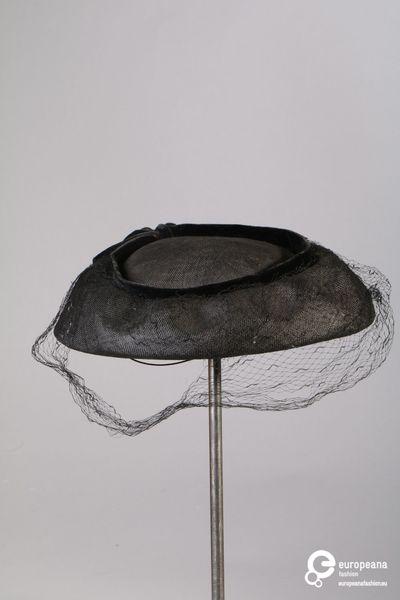 Hoed in zwart bandstro met sluier in zwarte tule