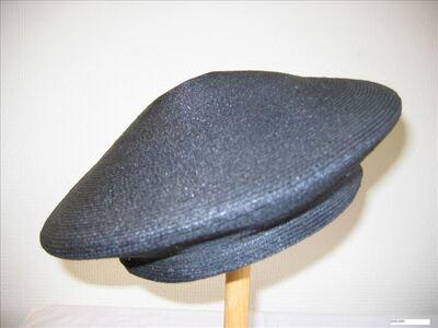 Zwarte platte hoed baretmodel in bandstro