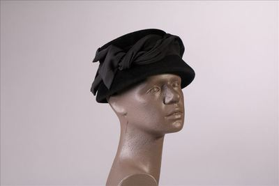 Hoed in zwarte veloursvilt met brede linten in zwarte ottoman