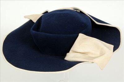 Hoed in donkerblauwe vilt met ecru ottoman