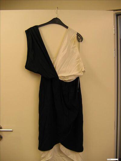 Asymmetrische jurk in zwart-witte stof