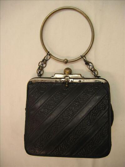 Handtas in zwart leer met metalen beugel