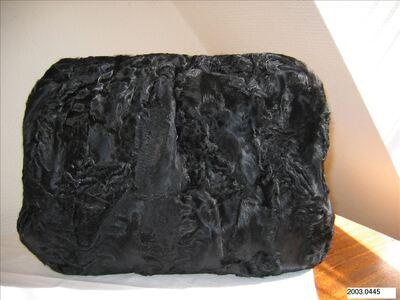 Mof in zwarte persianer met satijnen voering