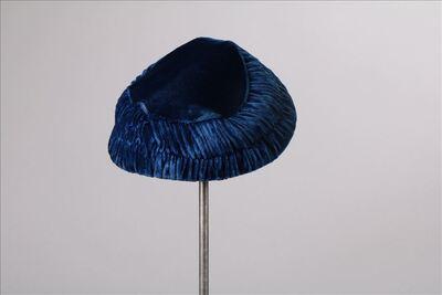 Hoed in koningsblauwe fluweel met geplisseerde rand